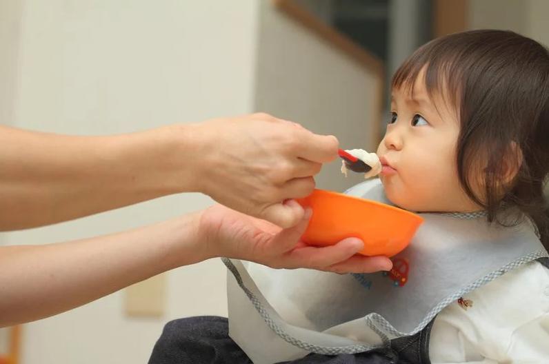 Bé trai 6 tháng tuổi bị sỏi thận, nguyên nhân do một hành động của bà - Ảnh 1
