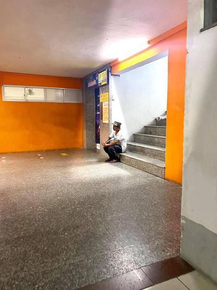Ông bố lặng lẽ ngồi nơi góc cầu thang sau khi nhập học cho con, ánh mắt với bao điều lo toan khiến bao người rưng rưng - Ảnh 2