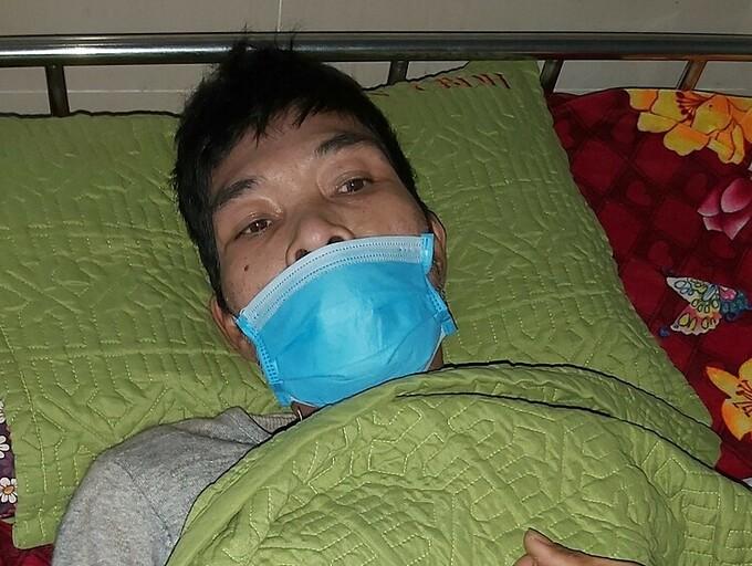 20 người hai ngày khiêng người bệnh vượt lũ đi cấp cứu - Ảnh 1