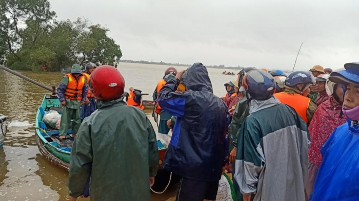 Ngư dân Quảng Bình 'cõng' thuyền từ biển vượt đồi cát cứu trợ vùng lũ - Ảnh 1