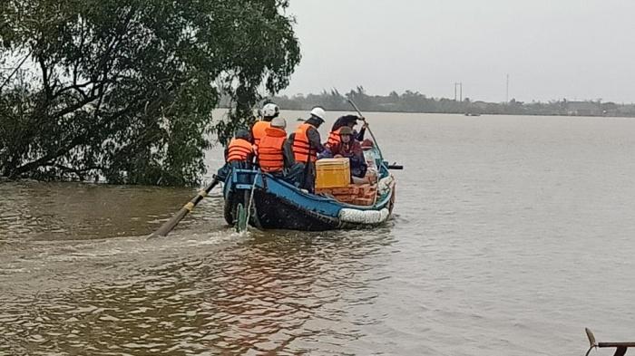 Ngư dân Quảng Bình 'cõng' thuyền từ biển vượt đồi cát cứu trợ vùng lũ - Ảnh 2