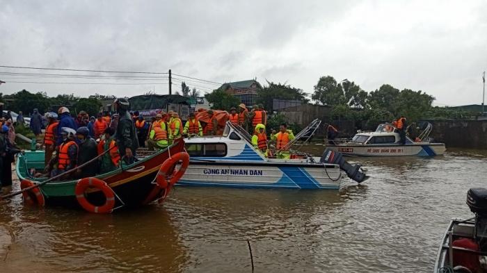 Ngư dân Quảng Bình 'cõng' thuyền từ biển vượt đồi cát cứu trợ vùng lũ - Ảnh 3