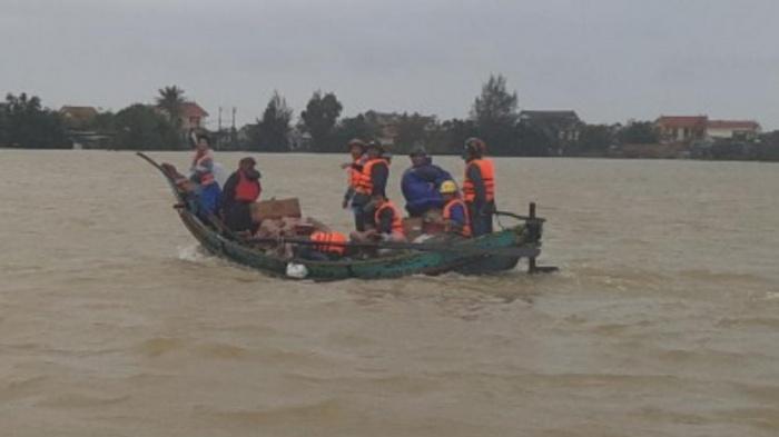 Ngư dân Quảng Bình 'cõng' thuyền từ biển vượt đồi cát cứu trợ vùng lũ - Ảnh 4