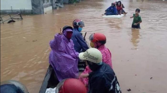 Ngư dân Quảng Bình 'cõng' thuyền từ biển vượt đồi cát cứu trợ vùng lũ - Ảnh 5