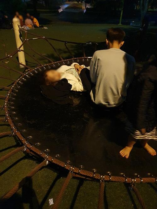 Phẫn nộ trước hành động vô tư chiếm khu vui chơi trẻ em làm nơi tình tứ của đôi nam nữ  - Ảnh 2