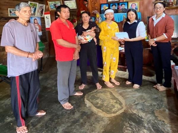 Vụ vợ nạn nhân ở thủy điện Rào Trăng 3 bị lừa: Gia đình đã nhận được 100 triệu đồng từ ngân hàng - Ảnh 1