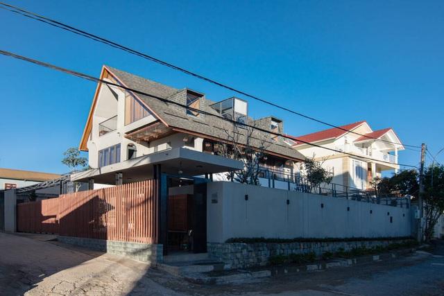 Nội thất sang chảnh trong căn biệt thự 400 m2 trên đỉnh đồi ở Đà Lạt - Ảnh 1