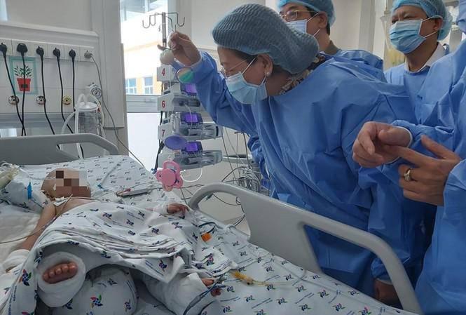 Kỳ tích phẫu thuật tách dính Trúc Nhi - Diệu Nhi: Rưng rưng khi 2 bé nhoẻn cười - Ảnh 1