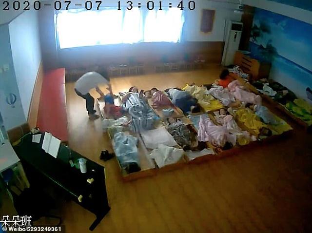Con trai 3 tuổi bị rạch mặt khi đi học về, bố sốc nặng khi kiểm tra camera trong lớp - Ảnh 3