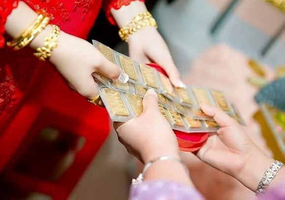 Đã bàn với vợ sẽ không công khai tặng vàng trong đám cưới, thế nhưng nhà gái vẫn nối đuôi nhau lên trao cho cô dâu và cái kết mặn chát - Ảnh 1