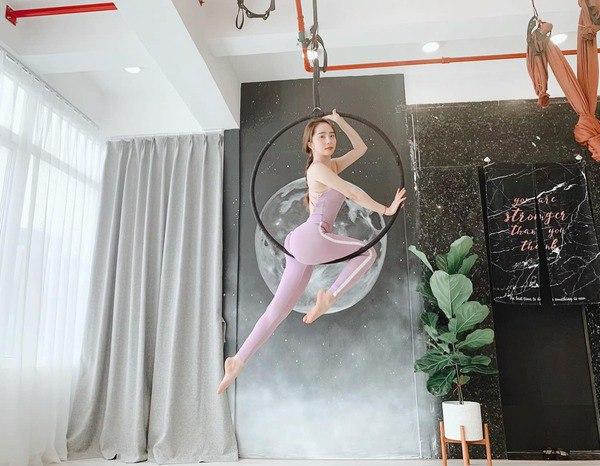 Khoe hình tập luyện trên không với body hoàn hảo từng centimet, Quỳnh Nga được khen đẹp như chị Hằng - Ảnh 3