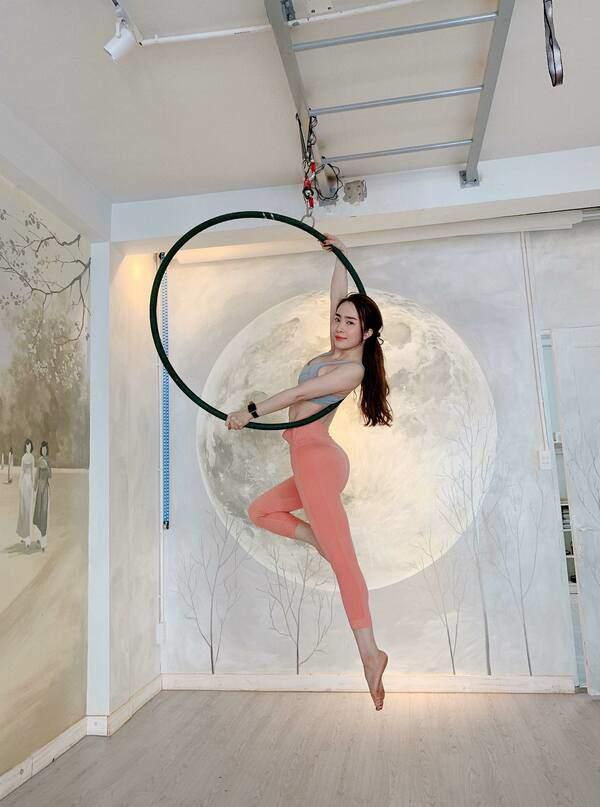 Khoe hình tập luyện trên không với body hoàn hảo từng centimet, Quỳnh Nga được khen đẹp như chị Hằng - Ảnh 6