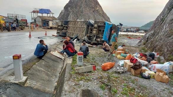 Lật xe giường nằm trên quốc lộ, 2 người chết, 10 người bị thương - Ảnh 1