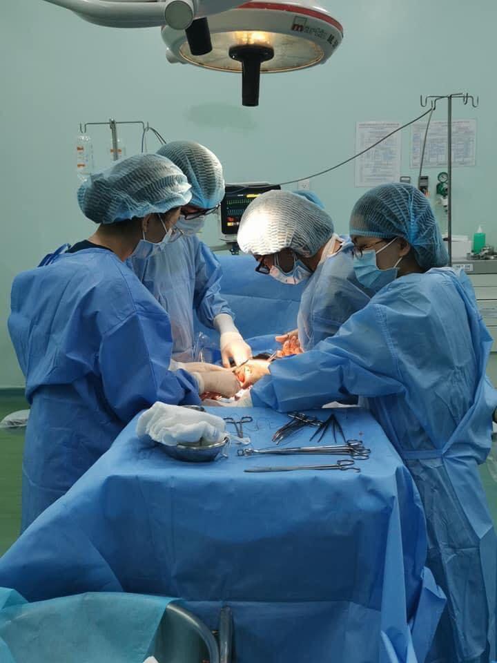 Bé trai chào đời với 6 vòng dây rốn quấn cổ và bụng, bác sĩ thốt lên: Quá đặc biệt! - Ảnh 1