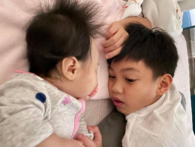 Tan chảy khoảnh khắc Subeo bế em gái Lisa cực đáng yêu khiến dân mạng đồng loạt thốt lên: quá đáng yêu - Ảnh 2