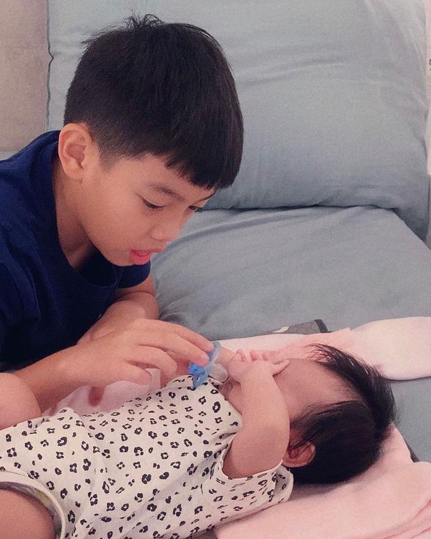Tan chảy khoảnh khắc Subeo bế em gái Lisa cực đáng yêu khiến dân mạng đồng loạt thốt lên: quá đáng yêu - Ảnh 3