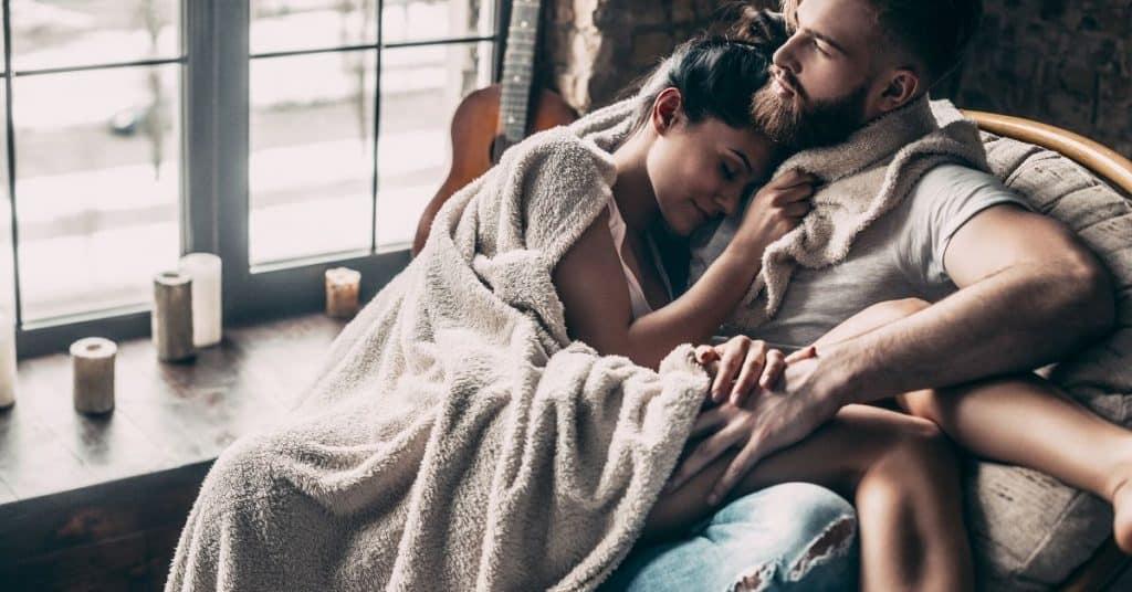 Ngại không thừa nhận, nhưng sự thật là 90% phụ nữ đều 'cuồng' trước 3 chiêu trò này của chồng 'trên giường' - Ảnh 1