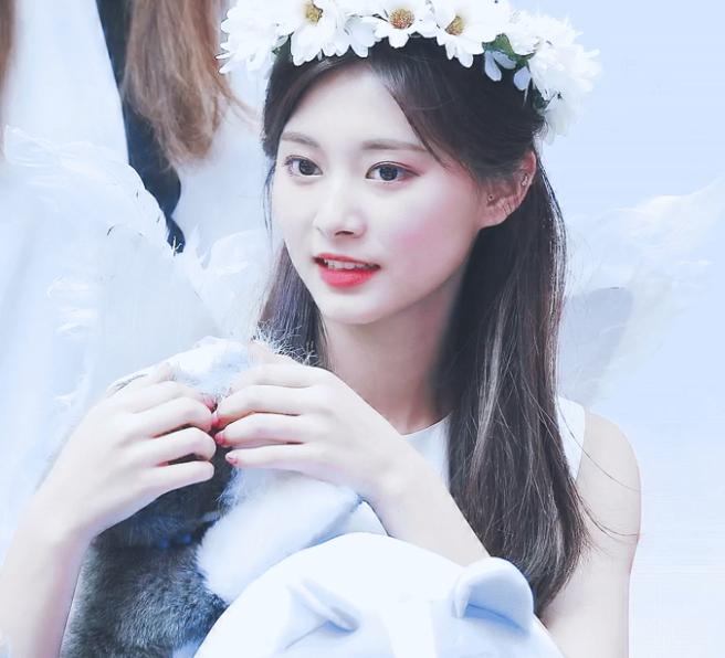 Những idol nữ đội vòng hoa đẹp tựa 'nữ thần' - Ảnh 3