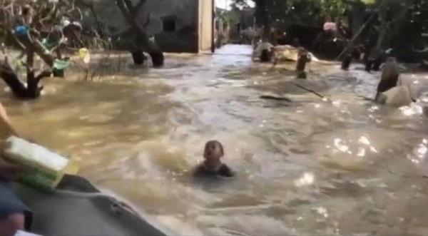 Nghẹn lòng cậu bé bơi giữa dòng lũ nhận đồ cứu trợ - Ảnh 2