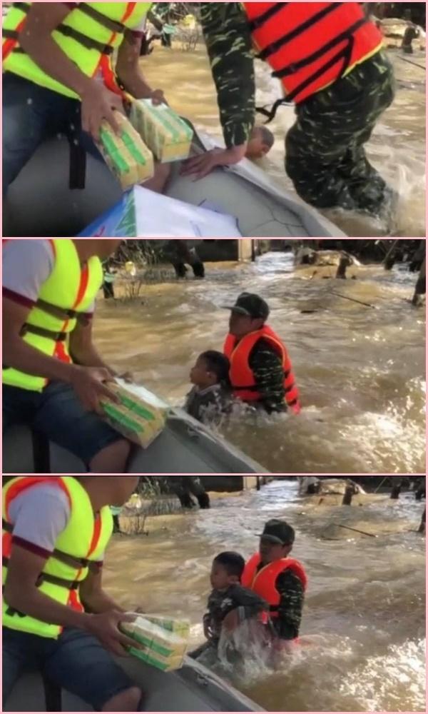 Nghẹn lòng cậu bé bơi giữa dòng lũ nhận đồ cứu trợ - Ảnh 3