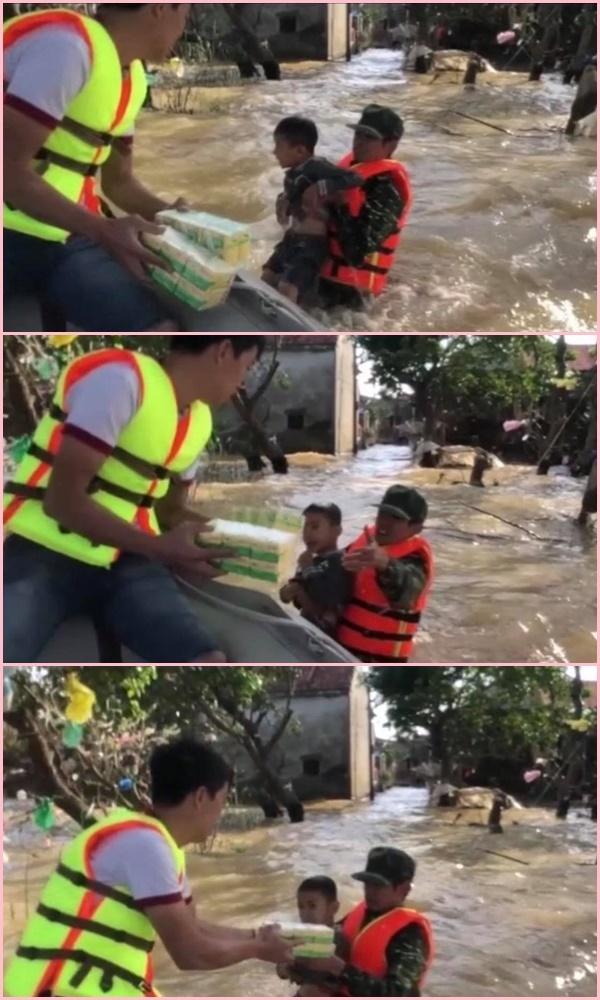 Nghẹn lòng cậu bé bơi giữa dòng lũ nhận đồ cứu trợ - Ảnh 4
