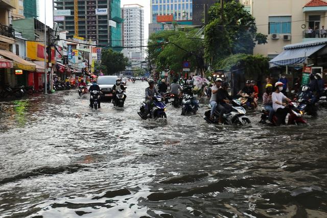 TPHCM hứng nhiều trận mưa lớn, thêm hàng chục tuyến đường ngập sâu - Ảnh 1
