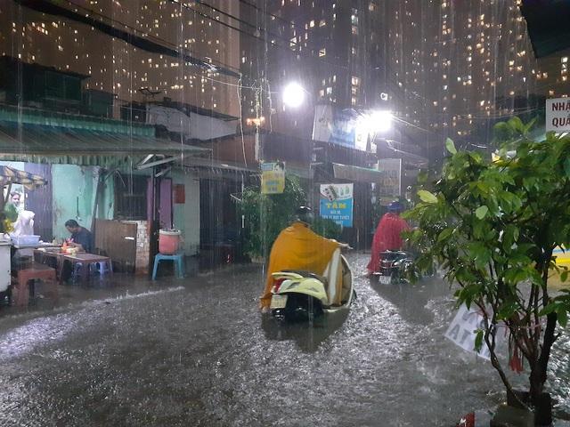 TPHCM hứng nhiều trận mưa lớn, thêm hàng chục tuyến đường ngập sâu - Ảnh 2