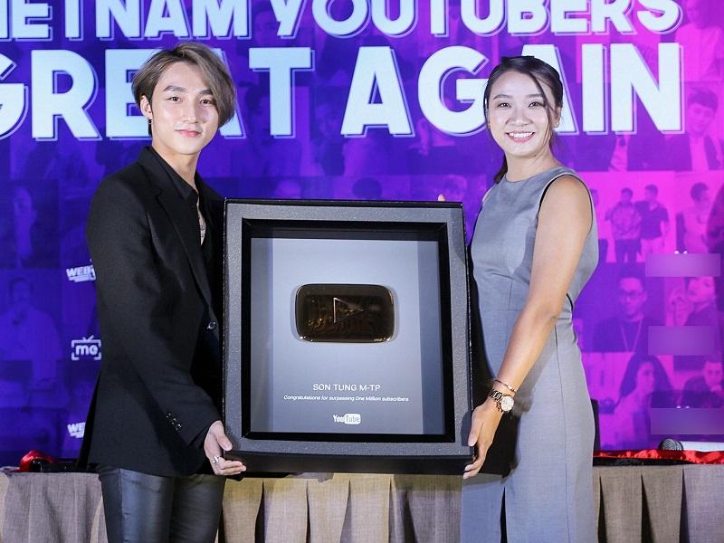 Muôn kiểu ca sĩ Việt khoe nút vàng Youtube: Người trang trọng háo hức, kẻ hờ hững bẽ bàng - Ảnh 2