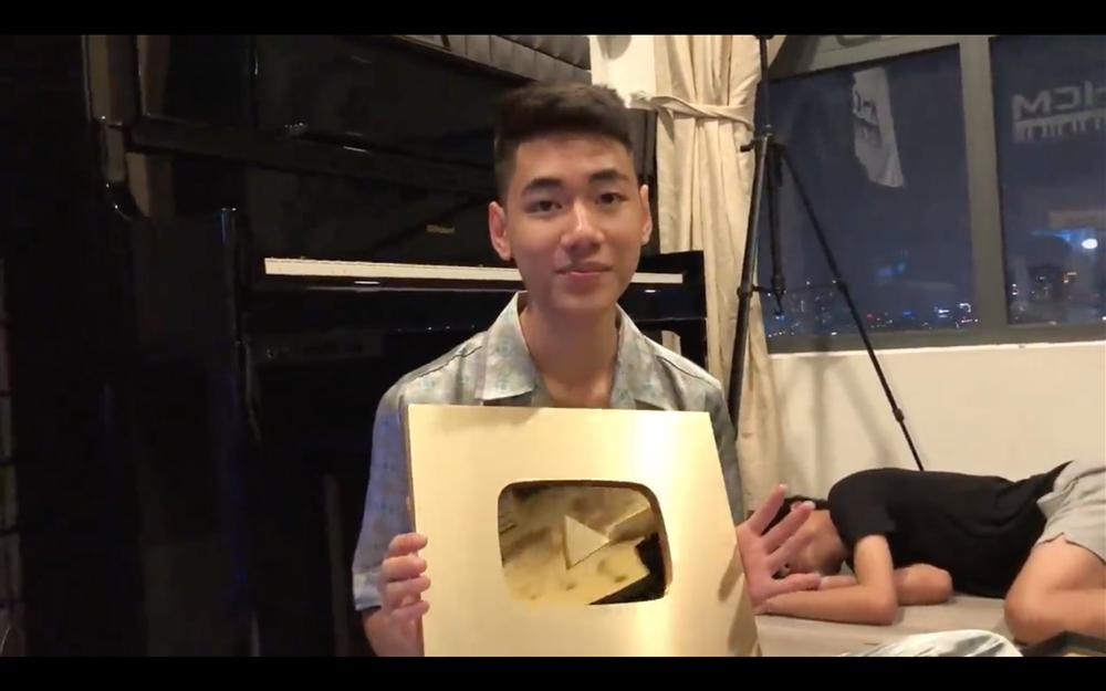 Muôn kiểu ca sĩ Việt khoe nút vàng Youtube: Người trang trọng háo hức, kẻ hờ hững bẽ bàng - Ảnh 5