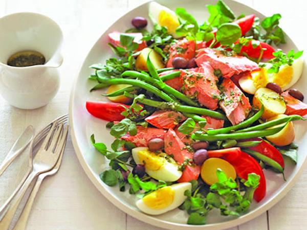 Ăm salad mà không chú ý những điều này, vô tình đang nạp 'cả ký' giun sán vào bụng - Ảnh 1