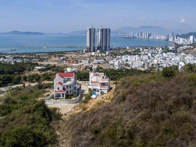 """Gia đình ở Nha Trang xây biệt thự """"lưng tựa núi, mặt hướng biển"""" tuyệt đẹp - Ảnh 1"""