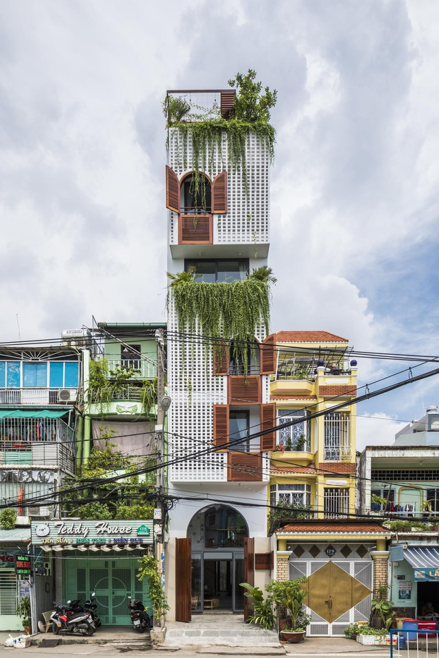 """Nhà ống Sài Gòn có chiều cao """"lênh khênh"""" với mặt tiền đặc rỗng lạ lùng - Ảnh 1"""