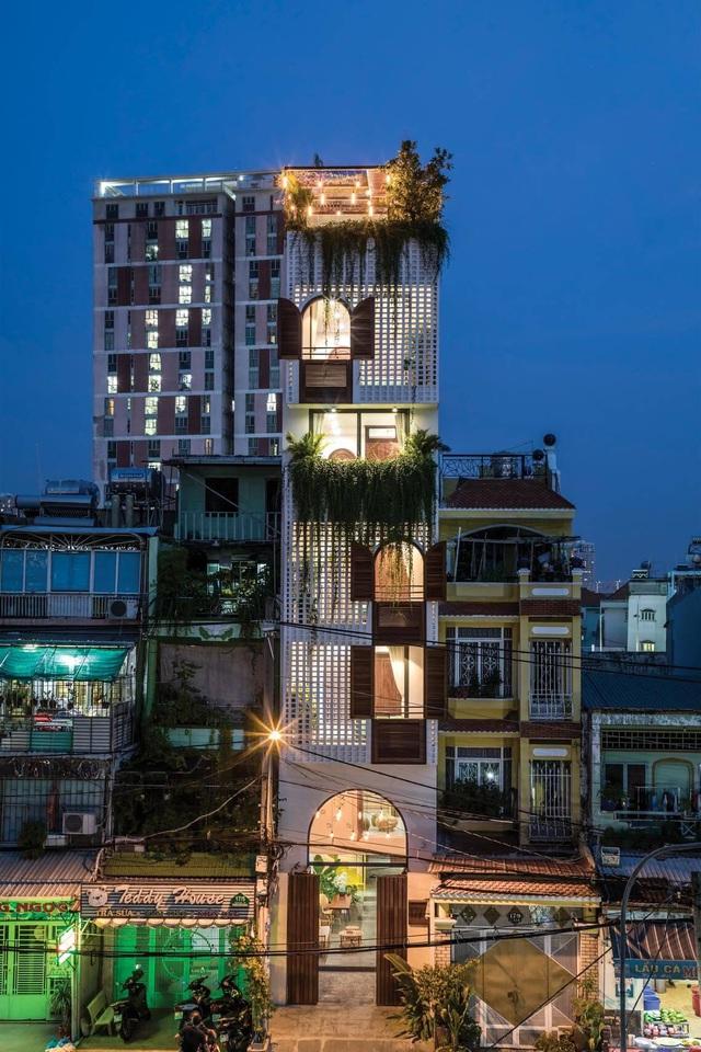 """Nhà ống Sài Gòn có chiều cao """"lênh khênh"""" với mặt tiền đặc rỗng lạ lùng - Ảnh 2"""
