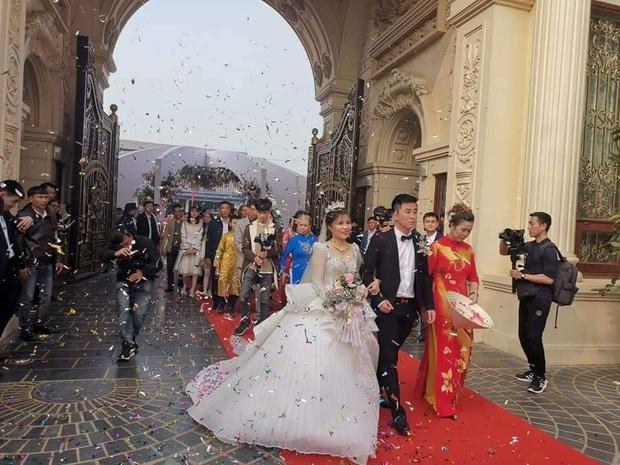 Lộ diện cô dâu chú rể 'trâm anh thế phiệt' trong lâu đài dát vàng: Riêng tiền cỗ 14 tỷ đồng - Ảnh 1