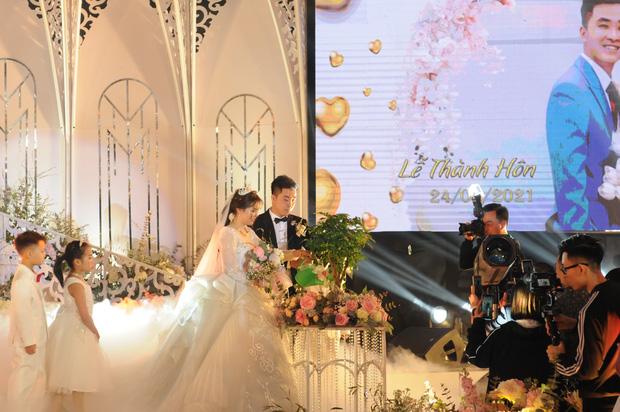 Lộ diện cô dâu chú rể 'trâm anh thế phiệt' trong lâu đài dát vàng: Riêng tiền cỗ 14 tỷ đồng - Ảnh 4
