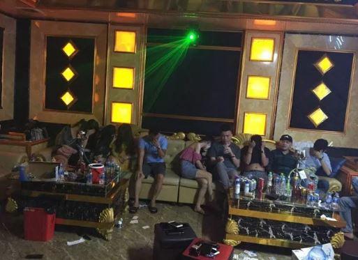 73 'nam thanh, nữ tú' bay, lắc trong quán karaoke bên ngoài treo biển đóng cửa - Ảnh 1