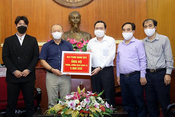 HLV Park Hang Seo ủng hộ 5.000 USD phòng chống dịch - Ảnh 1