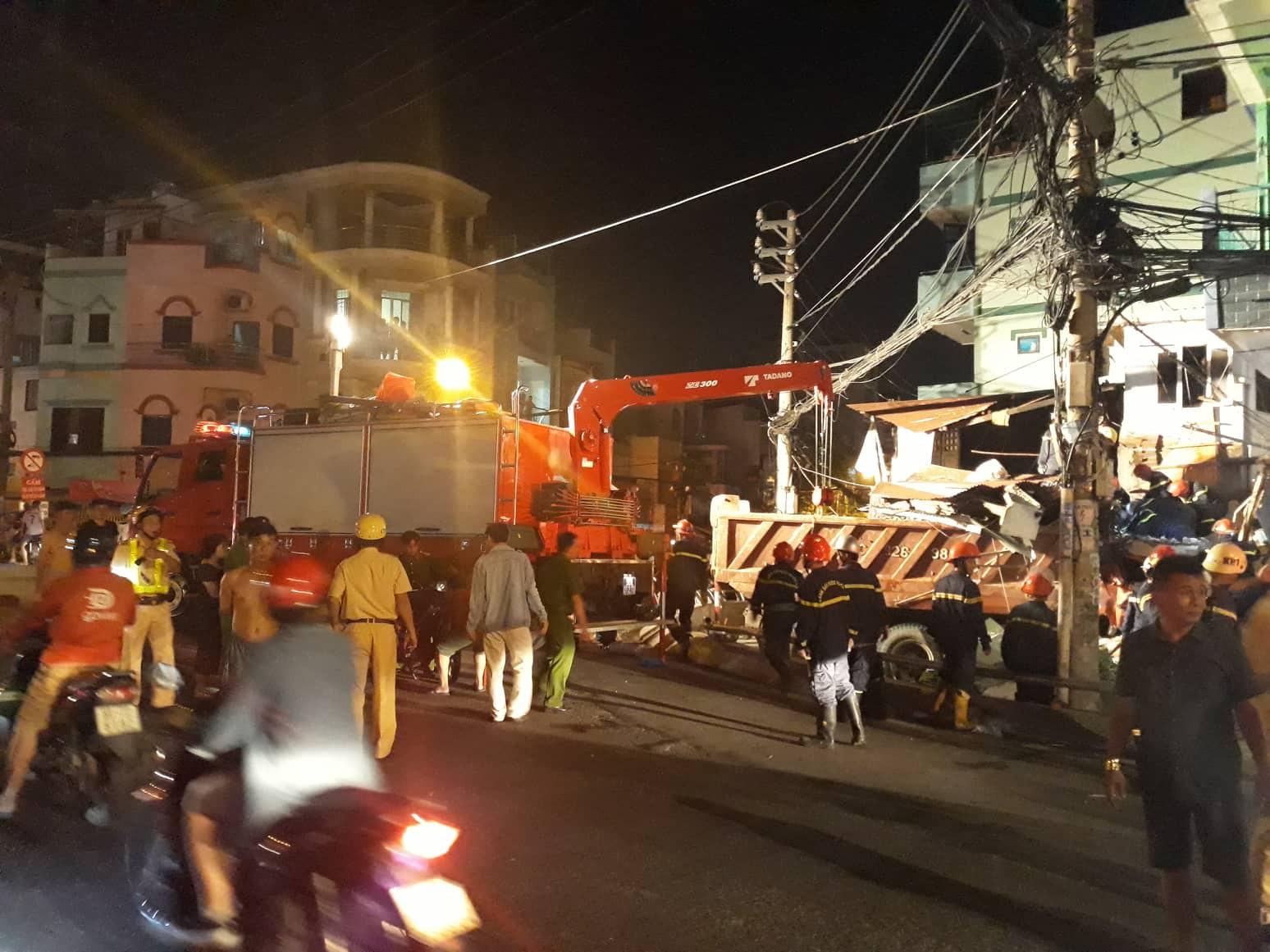 TP.HCM: Xe tải mất lái lao từ trên cầu xuống tông thẳng vào nhà dân, ít nhất 3 người bị thương - Ảnh 1