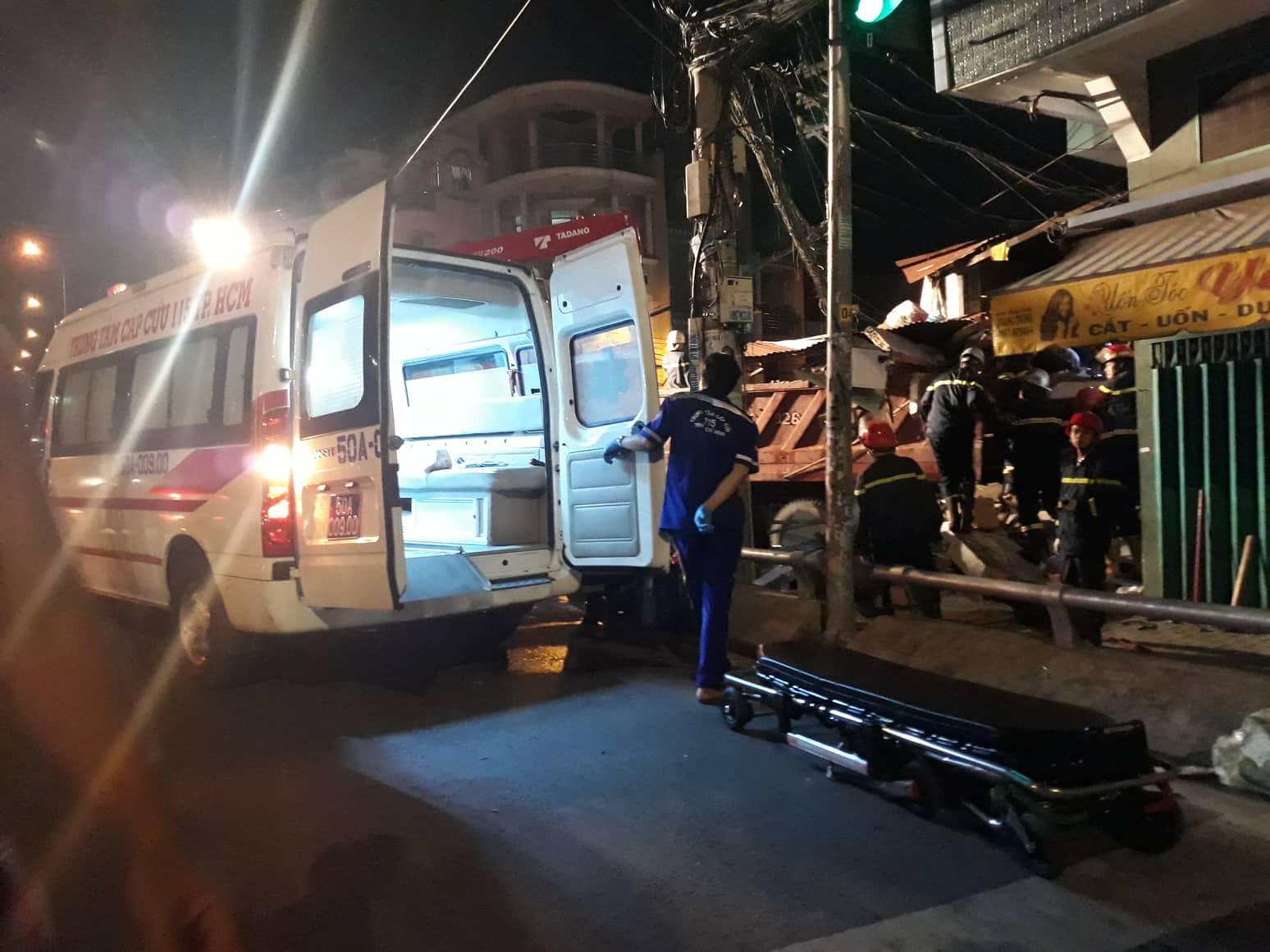 TP.HCM: Xe tải mất lái lao từ trên cầu xuống tông thẳng vào nhà dân, ít nhất 3 người bị thương - Ảnh 2