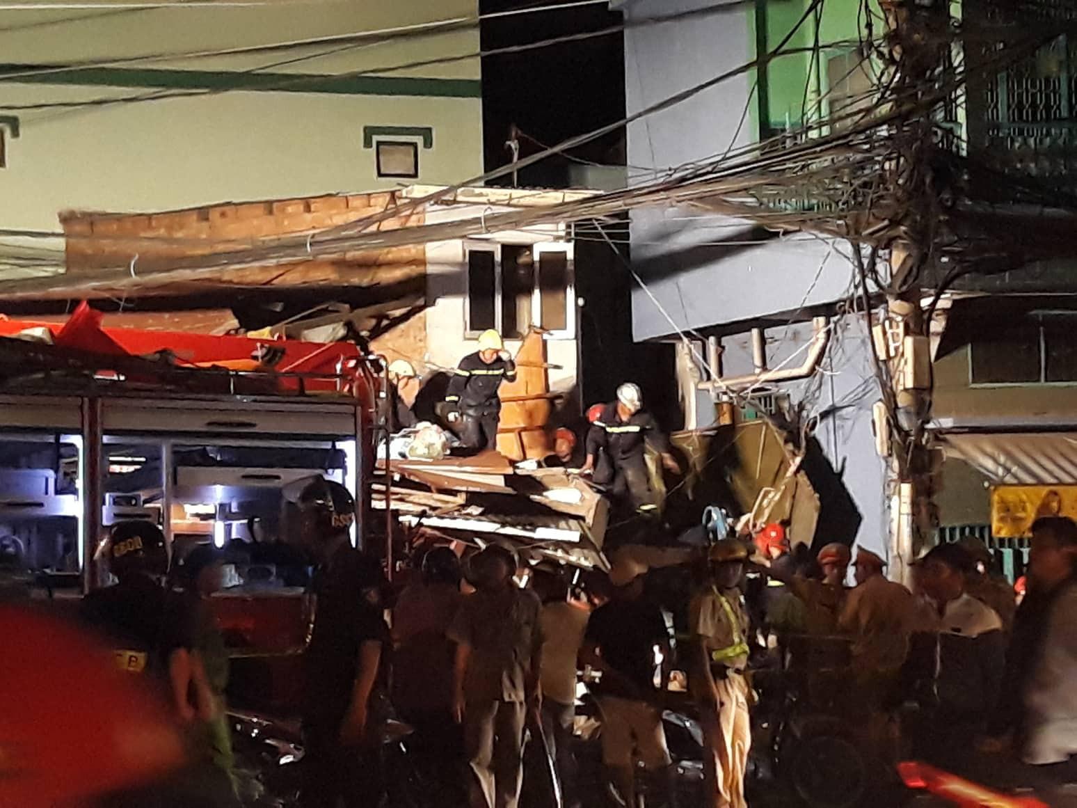 TP.HCM: Xe tải mất lái lao từ trên cầu xuống tông thẳng vào nhà dân, ít nhất 3 người bị thương - Ảnh 3