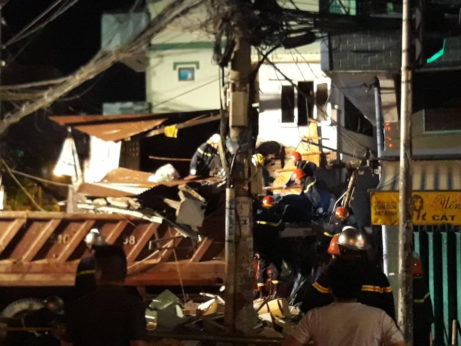 TP.HCM: Xe tải mất lái lao từ trên cầu xuống tông thẳng vào nhà dân, ít nhất 3 người bị thương - Ảnh 4