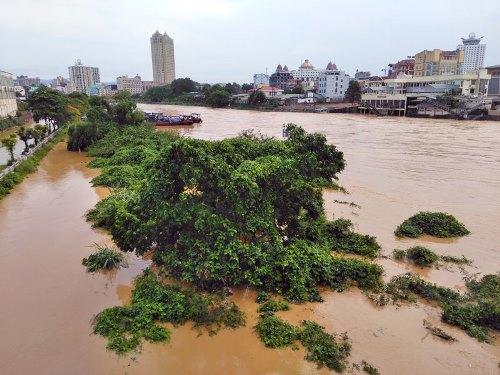 Quảng Ninh: Mưa lũ lớn, một người mất tích, người dân đảo lộn cuộc sống vì ngập sâu - Ảnh 1