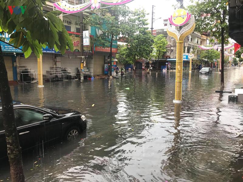 Quảng Ninh: Mưa lũ lớn, một người mất tích, người dân đảo lộn cuộc sống vì ngập sâu - Ảnh 3
