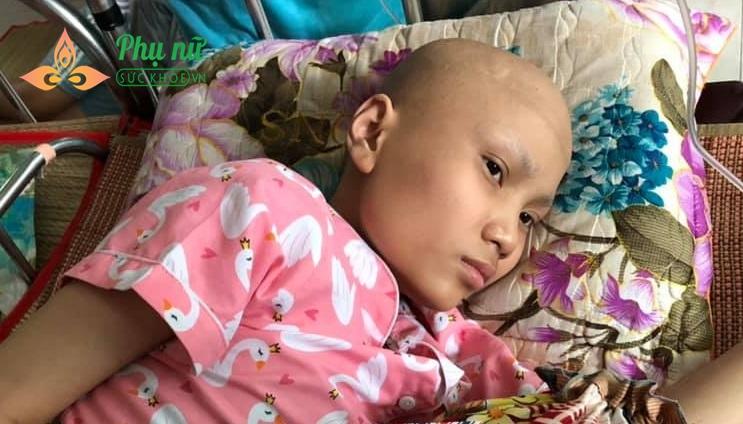 Cuộc sống của bé Linh giờ đây gắn liền với bệnh viện, mong ước được đi học trở lại đã quá xa vời