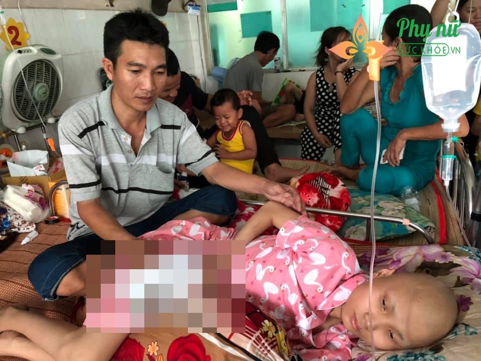 Anh Hoàn bất lực nhìn vợ con đau đớn trong bệnh tật