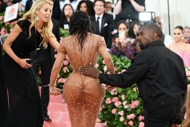 Mặc quần áo bó sát cơ thể như Kim Kardashian nguy hiểm thế nào? - Ảnh 4