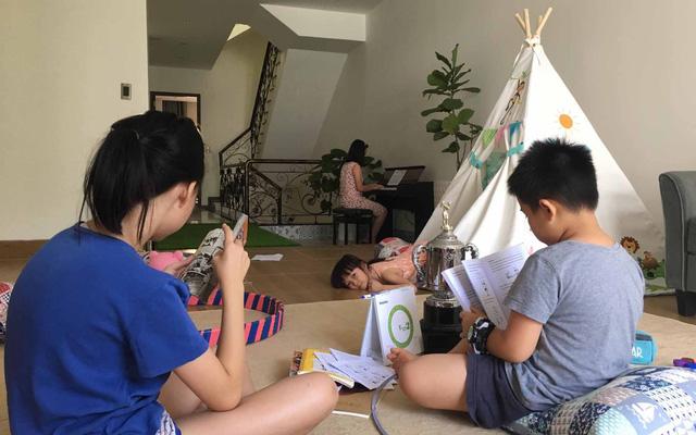 Muôn vàn kiểu chăm con giữa mùa dịch COVID-19: Bố mẹ nhàn nhã, con ngoan nghe lời - Ảnh 1