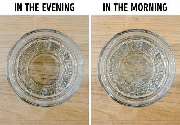 Tại sao bạn nên tránh để một ly nước gần giường? - Ảnh 1