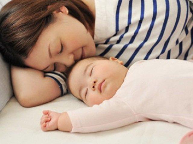 Khi ngủ cùng con cha mẹ cần tránh làm 4 việc này để không gây hại cho bé - Ảnh 1