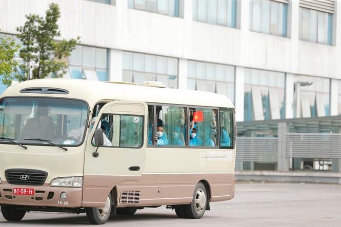 Xe đưa người mắc COVID -19 ở Guinea Xích đạo về tới bệnh viện Nhiệt đới - Ảnh 2
